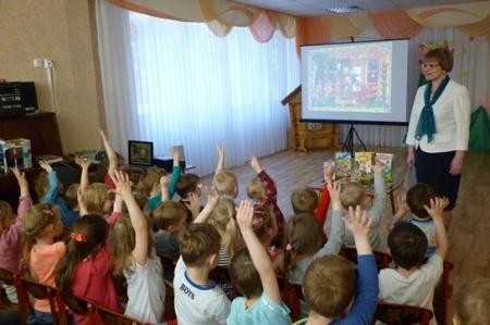 Сказочные книжки читают малышки…