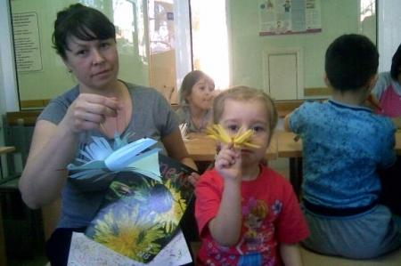 Разноцветные журавлики в детских ладошках